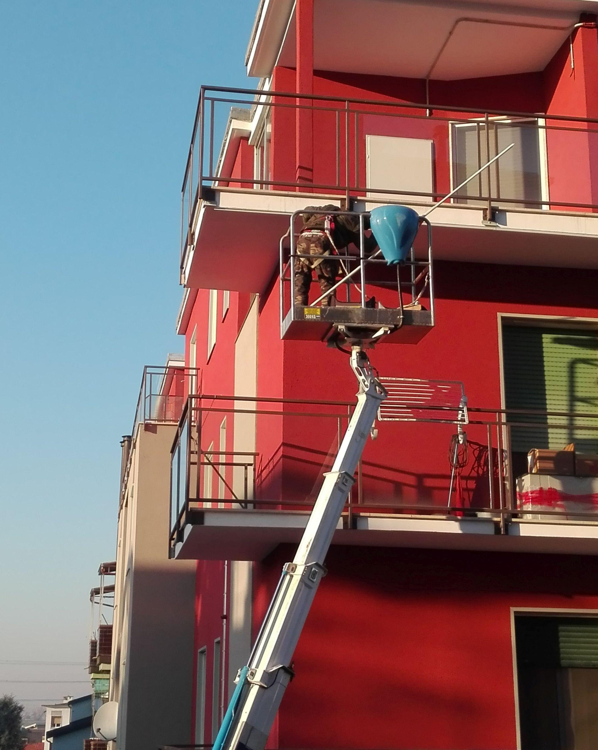 Pittura balconi con piattaforma aerea.